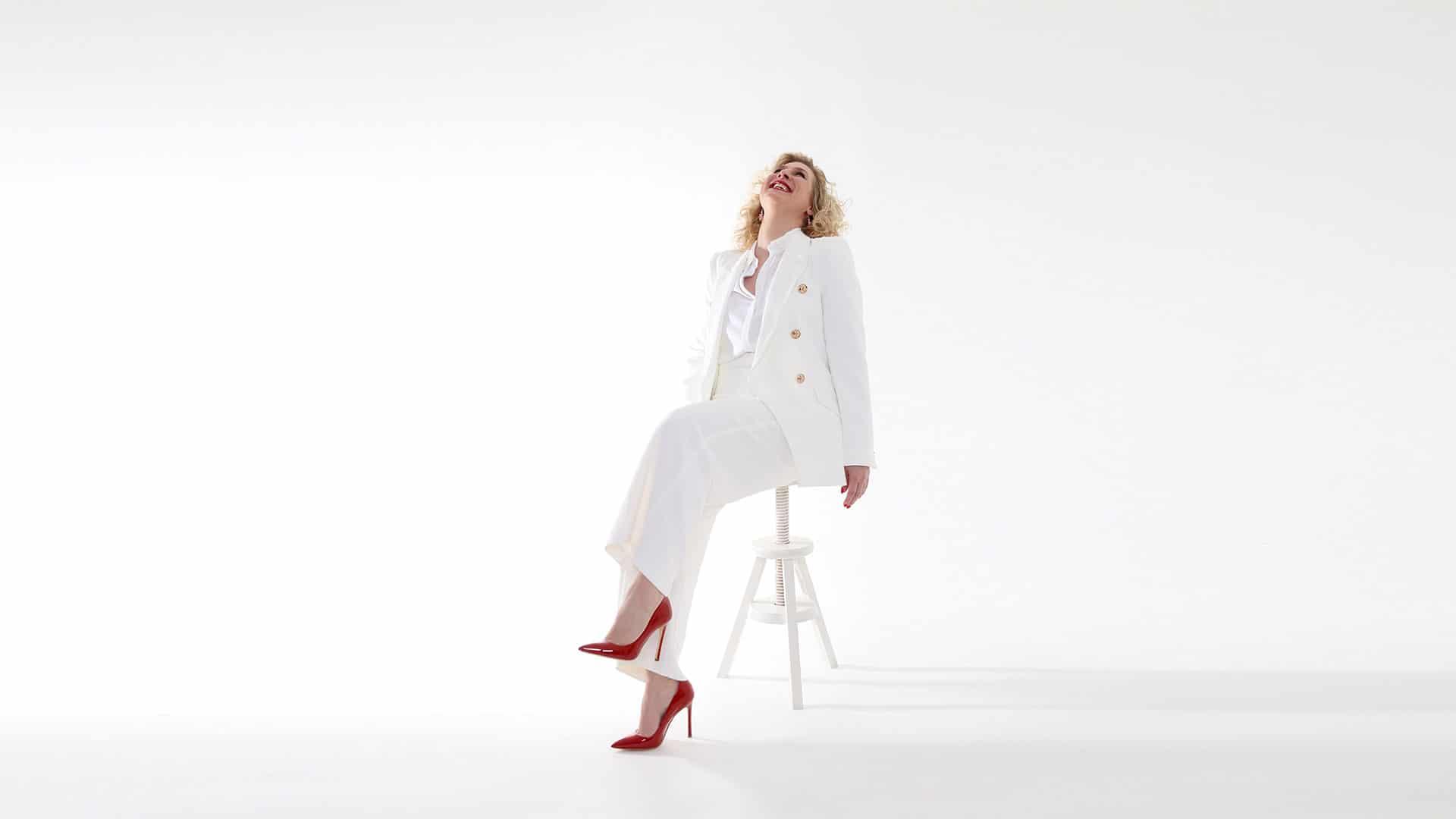 Weißer Anzug red Heels Relana Dombetzki ALDO Magazin